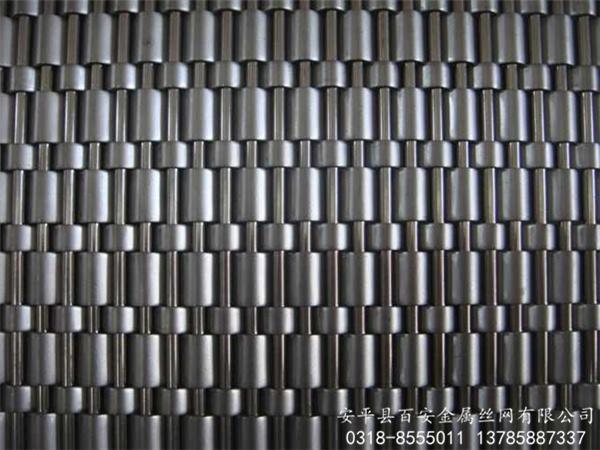 1、原面等级。这种方式可以看成一种比较粗旷的加工,只是把钢水进行冷却后进行一定的酸洗过程。这种等级的不锈钢可用于槽罐,不锈钢加工的容器的厚度一般不超过8毫米。2、钝面不锈钢。这种不不锈钢已经具备比较好的表面效果。非常柔软的性能,银色的表面,让这种等级的不锈钢可以作为水管与各种构件,这主要用在汽车领域。3、雾面不锈钢。这种不锈钢加进行了精轧的加工,这种加工方式让不锈钢的表面很光滑,并且达到了餐具的品质,在日常的生产与生活中应用非常的广泛。4、粗砂不锈钢。这种不锈钢有着比较良好的光泽,表面还有不连续的纹理,在